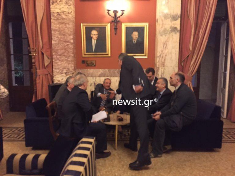 «Άγριο» το παρασκήνιο της συνάντησης Καμμένου – Καραμανλή στη Βουλή!
