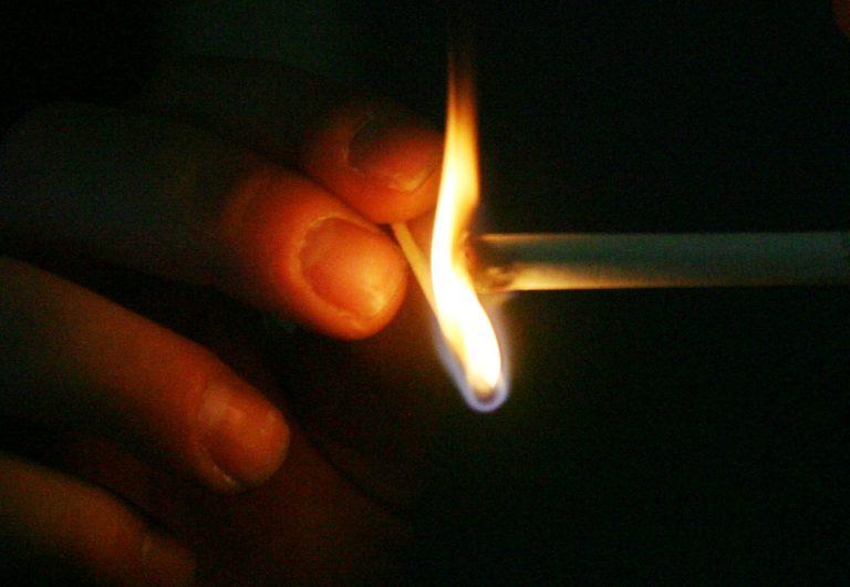 ΘΕΜΑ NEWSIT: Αρχίζουν το κάπνισμα απο τα 10! | Newsit.gr