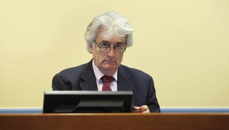 Ο Κάρατζιτς ειρωνεύεται τους δικαστές | Newsit.gr