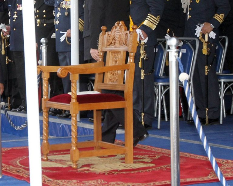 Δείτε ποιος κάθησε στην Προεδρική καρέκλα μόλις αποχώρησε ο Κ.Παπούλιας | Newsit.gr