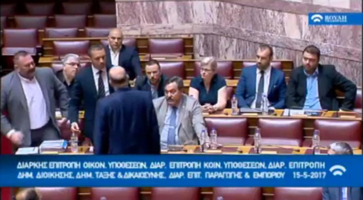 Όταν η φρουρά, απεγνωσμένα, εγκαλεί τον εαυτό της! | Newsit.gr