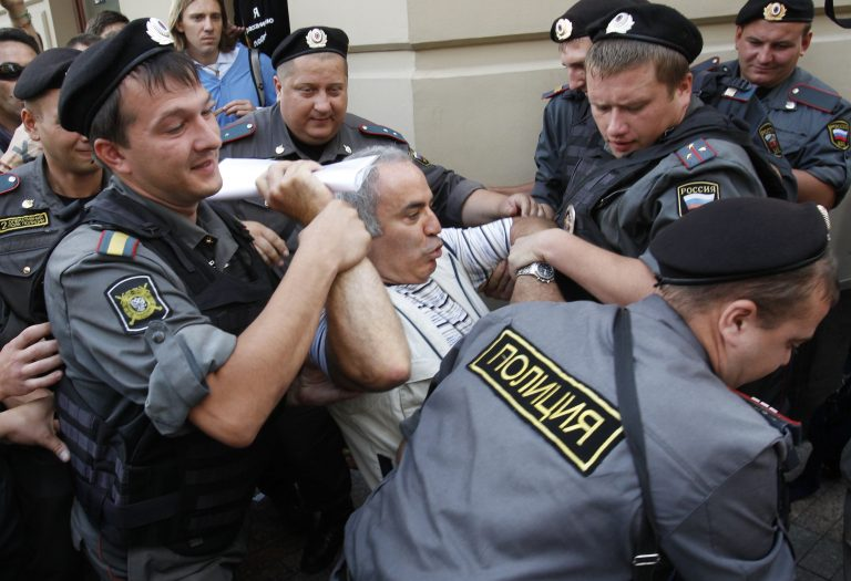 Ο Γκάρι Κασπάροφ δάγκωσε αστυνομικό; (ΦΩΤΟ & VIDEO) | Newsit.gr