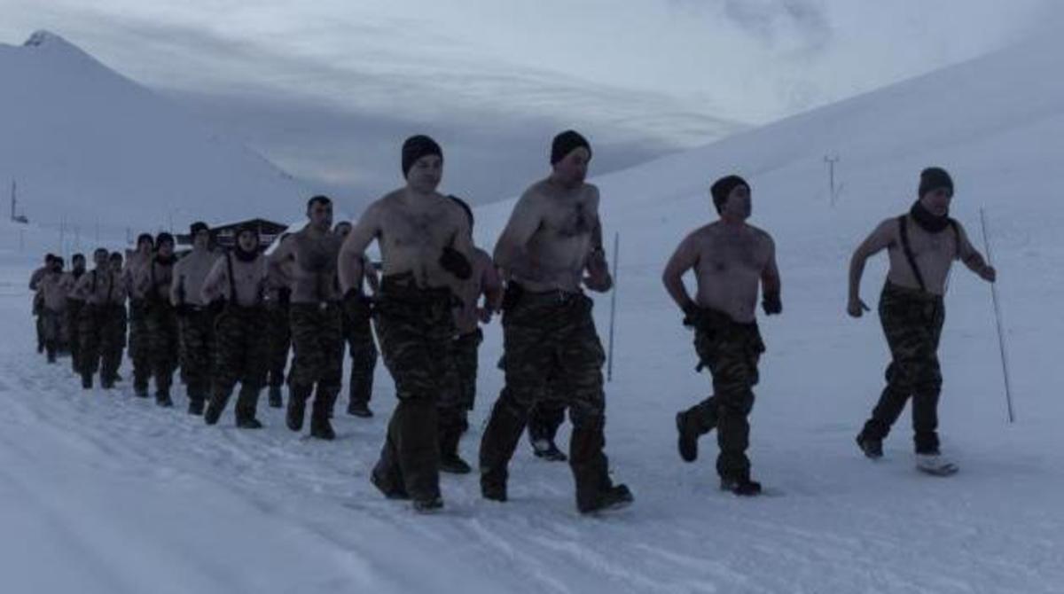 Έλληνες Καταδρομείς ημίγυμνοι στα χιόνια! Εντυπωσιακές φωτογραφίες σε ακραίες συνθήκες   Newsit.gr