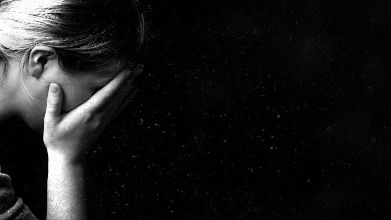Πασίγνωστη Ελληνίδα παρουσιάστρια εξομολογείται στο twitter: «Με βοηθάτε να ξεγλιστράω από την κατάθλιψη»! | Newsit.gr