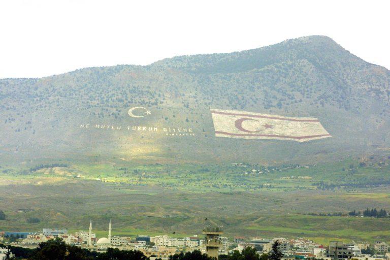 Τοποθέτησαν Ελληνικές και Κυπριακές σημαίες σε τουρκικό φυλάκιο | Newsit.gr