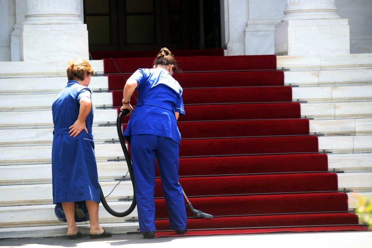 Με επιταγή η πληρωμή οικιακής βοηθού και του κηπουρού | Newsit.gr