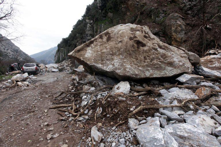 Βράχια έκλεισαν το δρόμο προς χιονοδρομικό | Newsit.gr