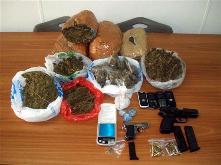 Nαρκωτικά, πλαστά και όπλα σε σπίτι στην Καβάλα | Newsit.gr