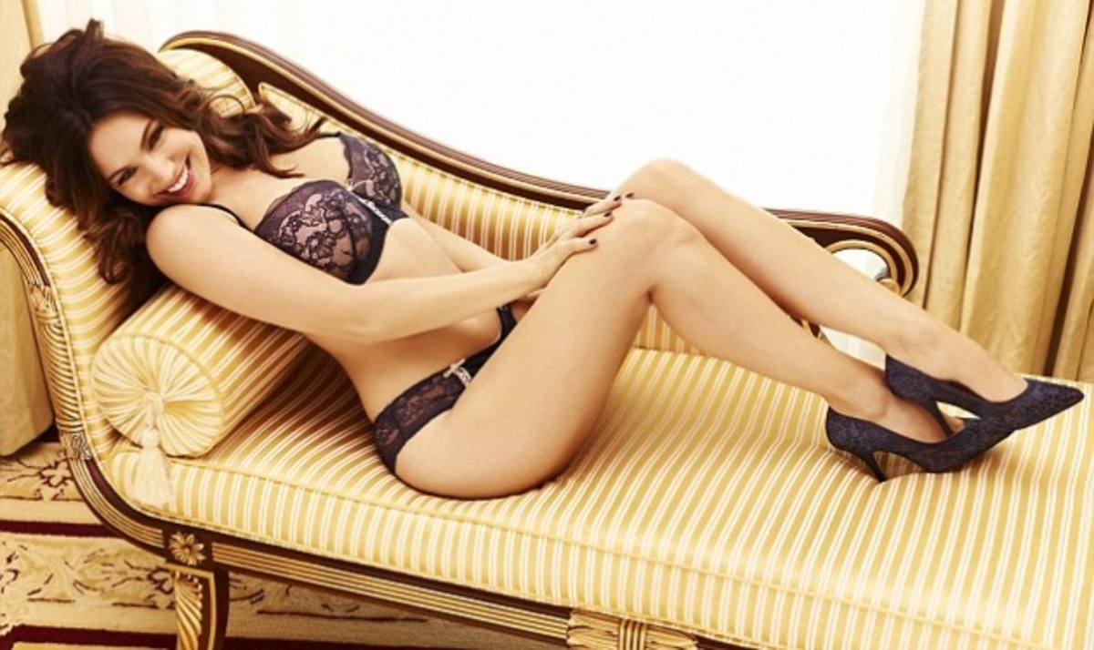 Χριστουγεννιάτικο δώρο! Η Kelly Brook ποζάρει με τα σέξι μεταξωτά εσώρουχα που σχεδίασε | Newsit.gr