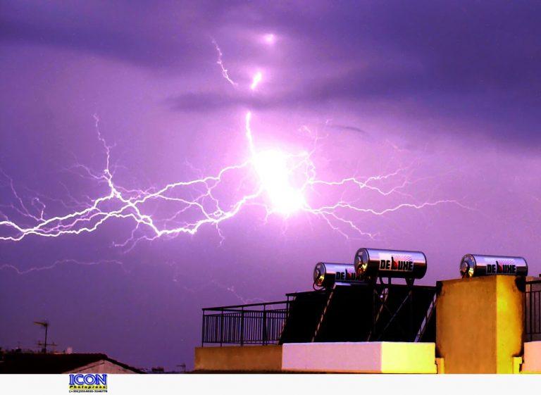 Κεραυνός έκαψε αποθήκη στον Πύργο! Δείτε βίντεο | Newsit.gr