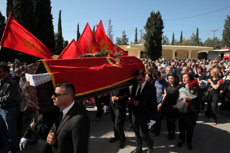 Σε κλίμα συγκίνησης η πολιτική κηδεία του Μπάμπη Αγγουράκη | Newsit.gr