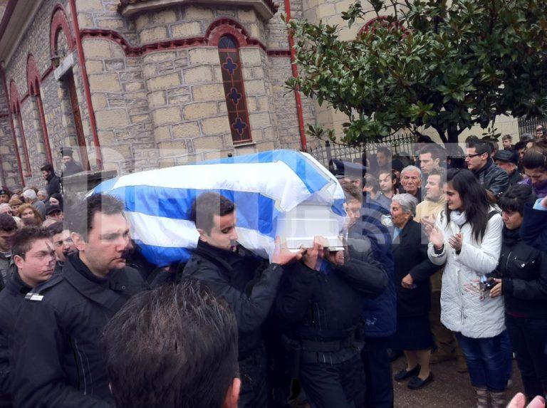 Θρήνος στα Τρίκαλα – Χιλιάδες αποχαιρέτησαν τον αστυνομικό Γ. Σκυλογιάννη – Λαϊκό προσκήνυμα στον τόπο της εκτέλεσης | Newsit.gr