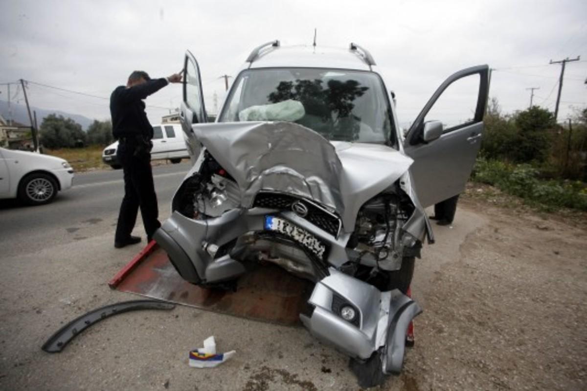 Αχαΐα: Αυτοκίνητο «καρφώθηκε» σε κιγκλίδωμα | Newsit.gr