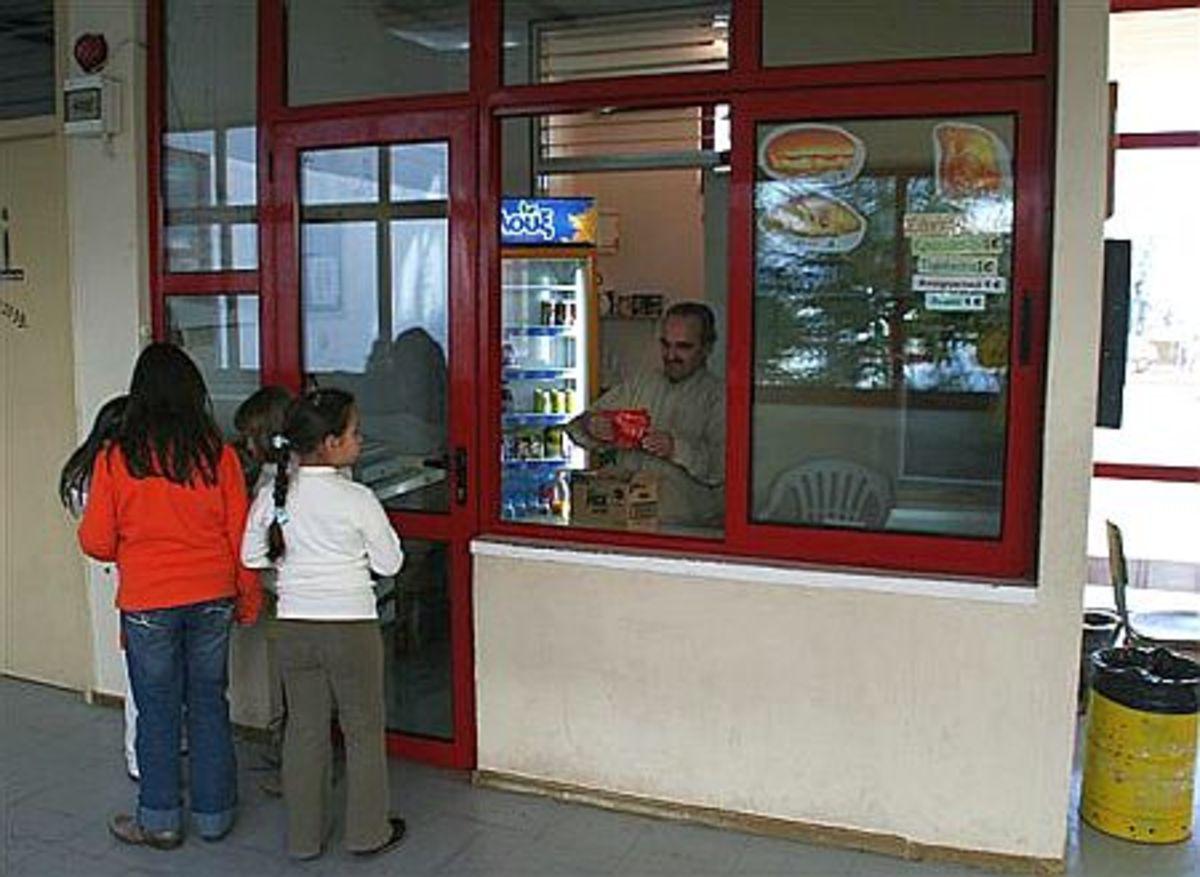 Έκλεψαν το κυλικείο αλλά ξέχασαν το κινητό τους! | Newsit.gr
