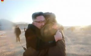 Κιμ Γιονγκ Ουν: Αγκαλιές, φιλιά και χαμόγελα μετά από εκτόξευση πυραύλου[vid]