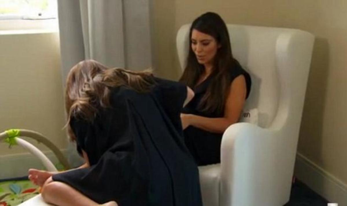 Το ήξερες πως το μητρικό γάλα γιατρεύει την ψωρίαση; Οι αδερφές Kardashian το κάνουν on camera! | Newsit.gr
