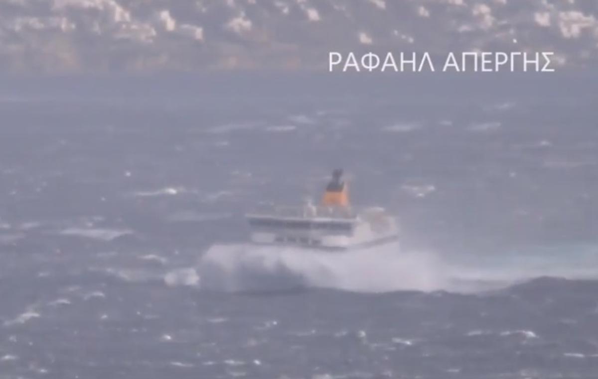 Καιρός: Τεράστια κύματα «καταπίνουν» το Blue Star Paros [vid]   Newsit.gr