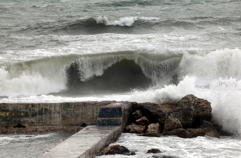 Τα μεγάλα κύματα έπνιξαν ένα 16χρονο αγόρι στην Κρήτη | Newsit.gr