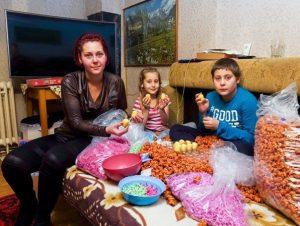 Sun – Αποκάλυψη σοκ: Παιδιά σκλάβοι φτιάχνουν τα αυγά Kinder;
