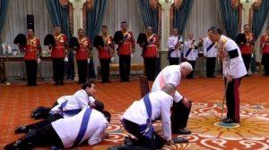 Σέρνονται για να δείξουν την υποταγή τους στο Βασιλιά της Ταϊλάνδης! [pics]