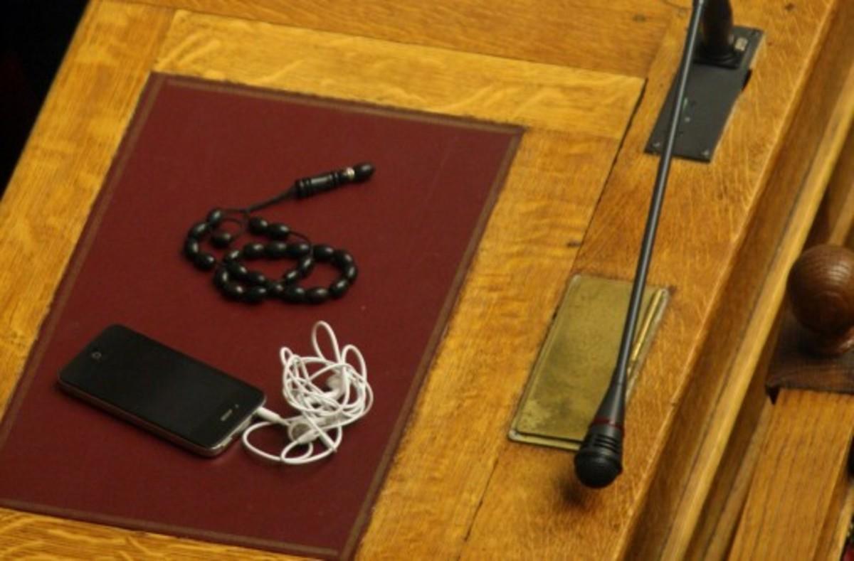 Τόσα μας κοστίζουν τα κινητά των υπουργείων! | Newsit.gr