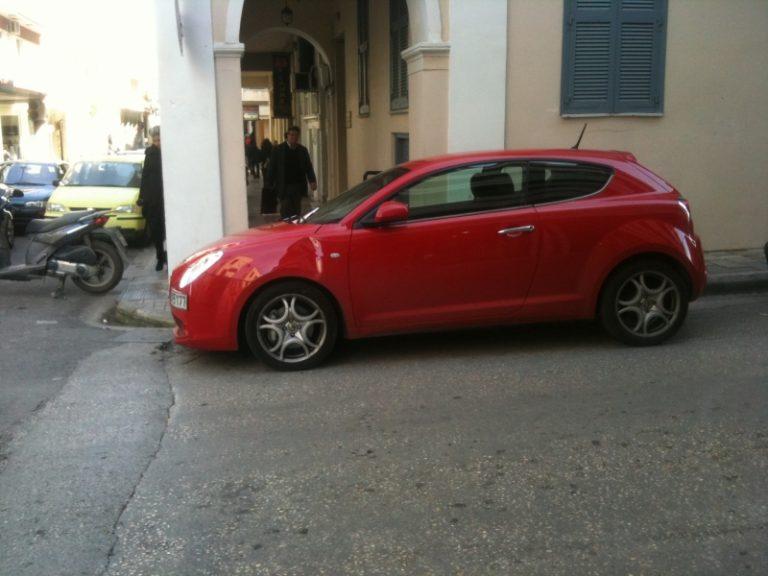 Πάτρα: Διέλυσε σταθμευμένο αυτοκίνητο γιατί του έκλεινε τον δρόμο!   Newsit.gr