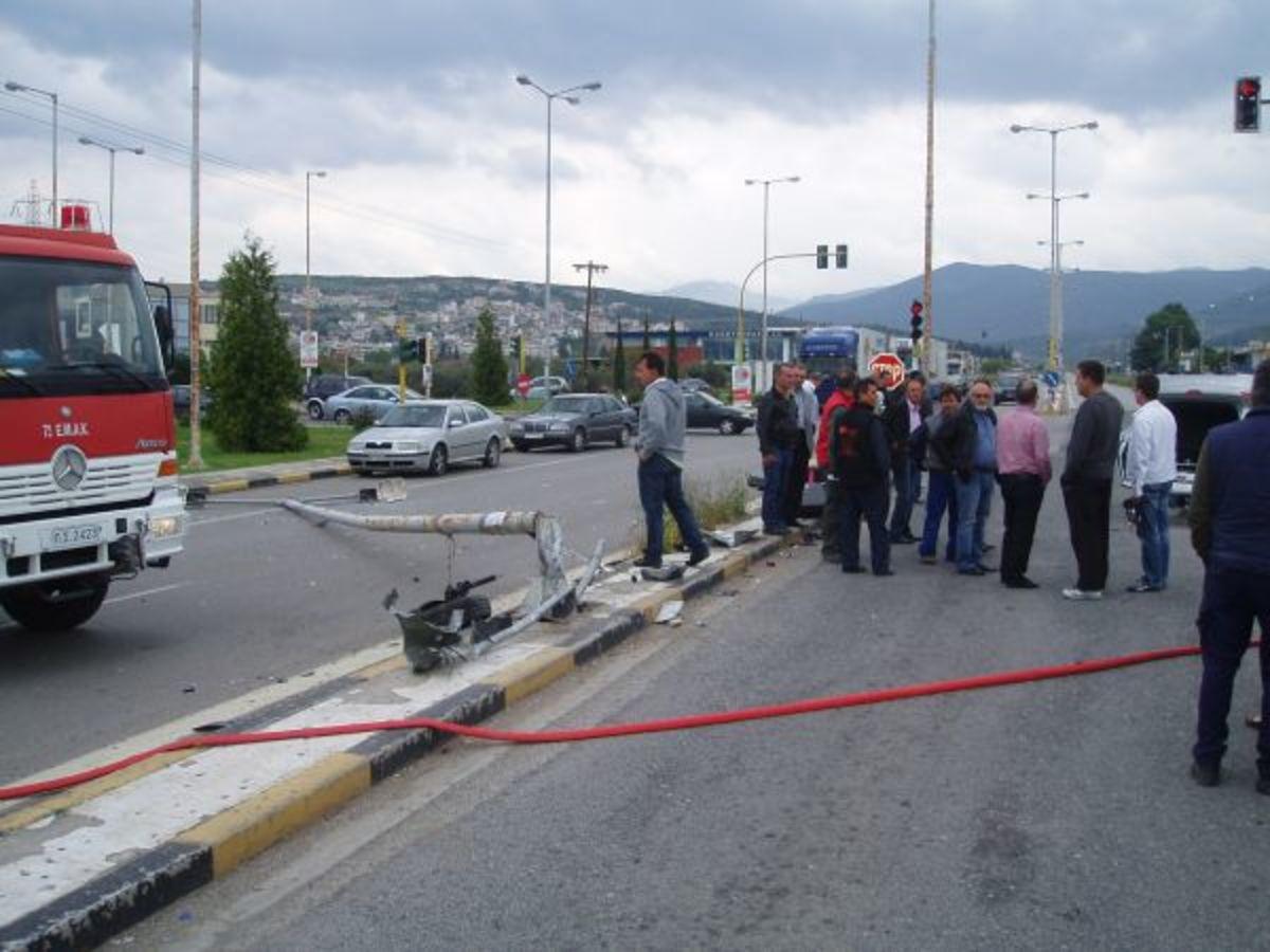 Φθιώτιδα: Διέλυσε κολόνα της ΔΕΗ και τούμπαρε στη μέση του δρόμου! | Newsit.gr