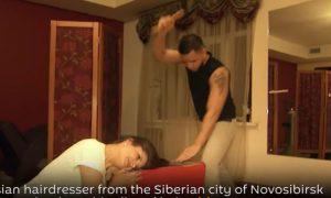 Συμβαίνει στη Ρωσία: Κομμωτής κουρεύει με τσεκούρι! [vid]