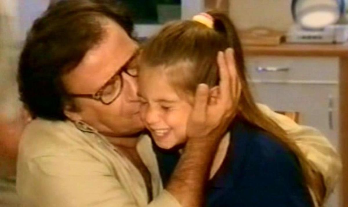 Το συγκινητικό αντίο της τηλεοπτικής κόρης του Κώστα Καρρά μέσα από το facebook | Newsit.gr