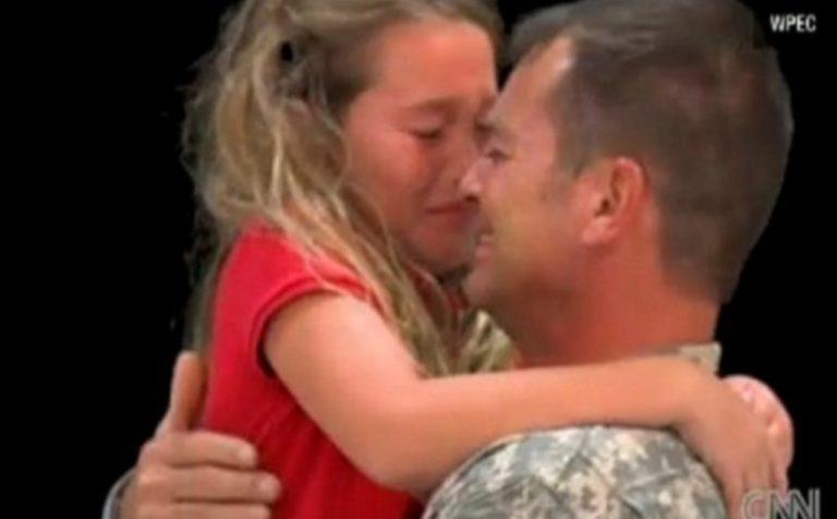 Στρατιώτης επιστρέφει από το Ιρακ και κάνει έκπληξη στην κόρη του – Δείτε το συγκινητικό βίντεο | Newsit.gr