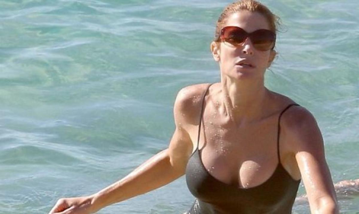 S. Seymour: Είναι 44, sexy και «ζαλίζει» με το ντεκολτέ της!   Newsit.gr