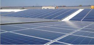 Φωτοβολταικά πάνελ σε βιομηχανικό κτίριο
