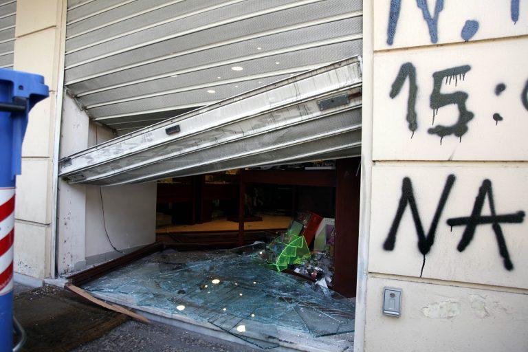 Λήστεψαν κι άλλο κατάστημα σπάζοντας βιτρίνα και πήραν 15.000 ευρώ! | Newsit.gr