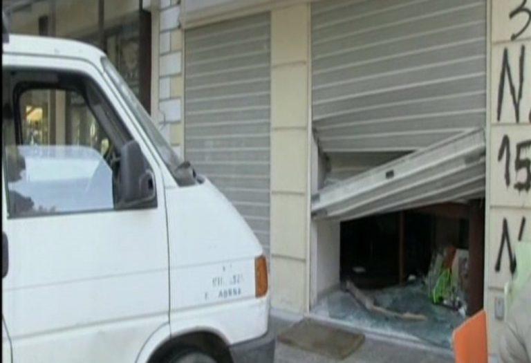 Μπούκαραν με βαν σε κοσμηματοπωλείο – Τι λέει στο Νewsit o ιδιοκτήτης | Newsit.gr