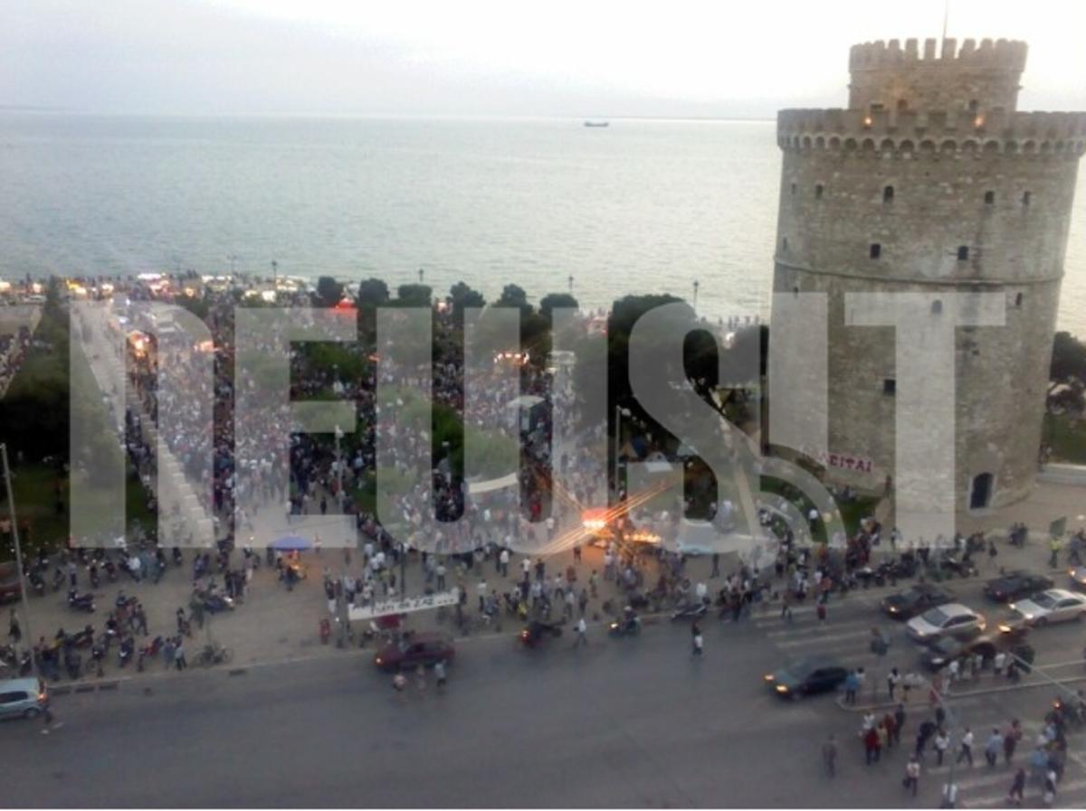 Θεσσαλονίκη: Πιστοί στο ραντεβού χιλιάδες »Αγανακτισμένοι» – Βίντεο, φωτογραφίες και συνθήματα! | Newsit.gr