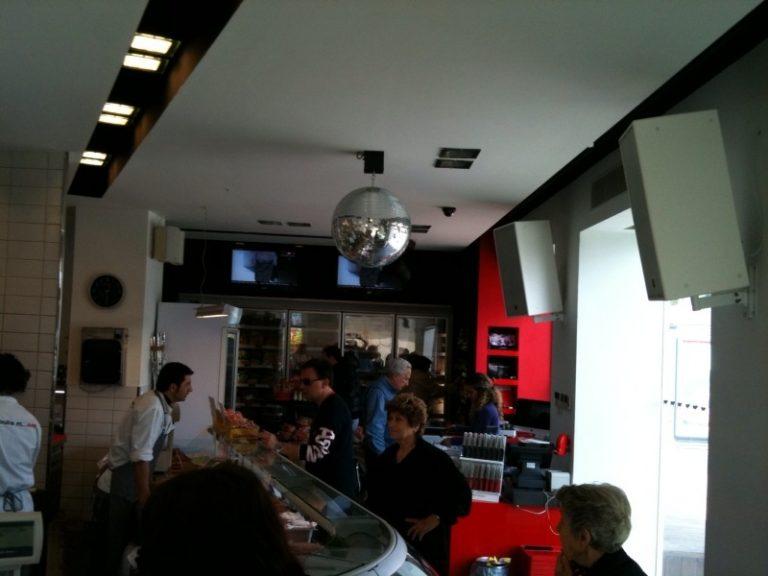 ΘΕΜΑ NEWSIT: Κρεοπωλείο με ντισκομπάλα και φωτορυθμικά!