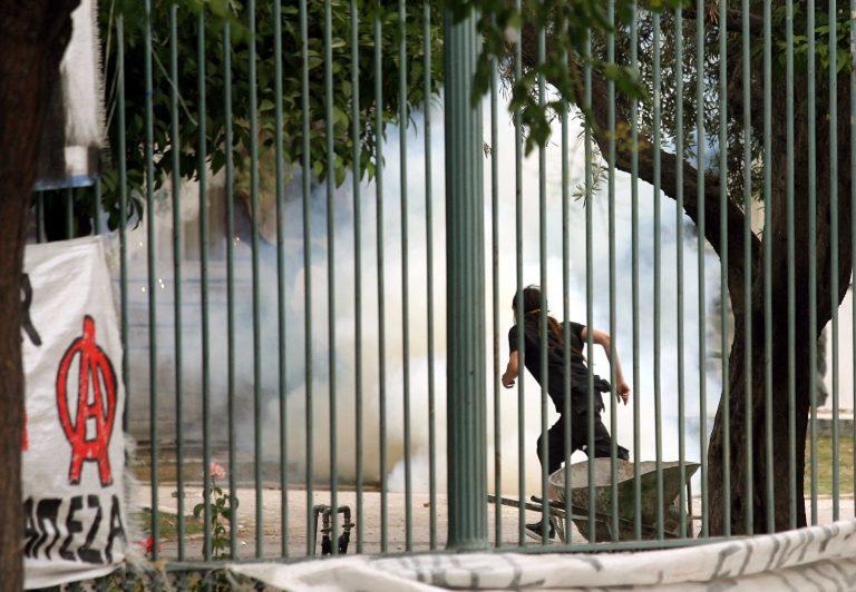 Κουκουλοφόροι «μπούκαραν» στο Πολυτεχνείο και έγραφαν συνθήματα | Newsit.gr