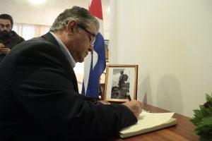 Στην πρεσβεία της Κούβας ο Κουτσούμπας – Τι έγραψε στο βιβλίο συλλυπητηρίων [pics]