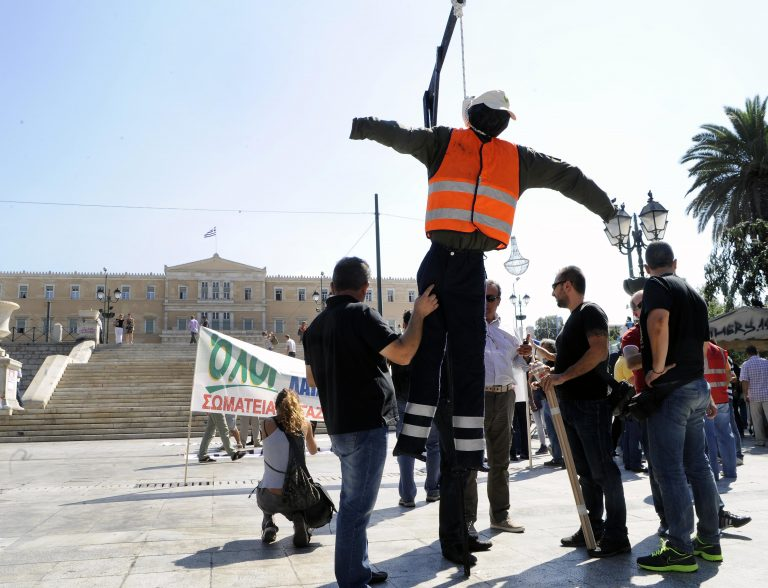 Έστησαν κρεμάλα στο Σύνταγμα (ΦΩΤΟ) | Newsit.gr