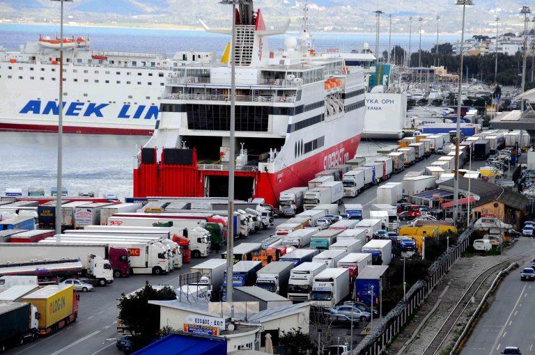 «Έσπασαν» το ναυτικό αποκλεισμό οι αγρότες της Μεσαράς | Newsit.gr