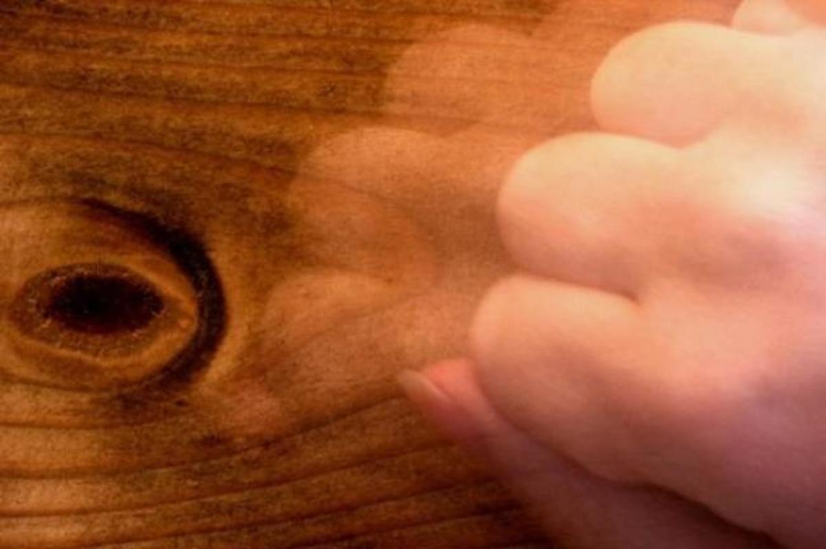 Γιατί χτυπάμε ξύλο, και τι σημαίνει | Newsit.gr