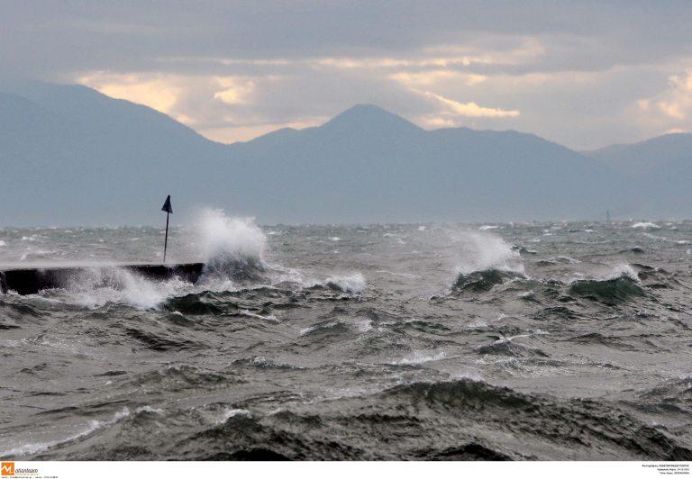 Χανιά: Κύματα ξήλωσαν τον δρόμο δημιουργώντας προβλήματα στην κυκλοφορία | Newsit.gr