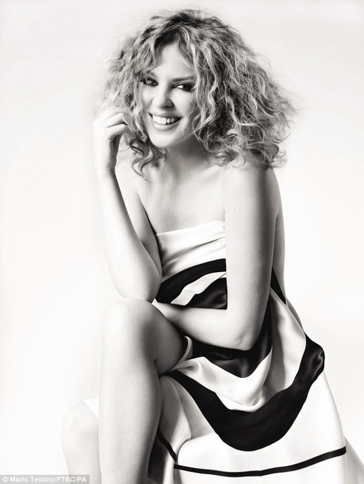 Η Kylie Minogue φωτογραφίζεται γυμνή για καλό σκοπό! | Newsit.gr
