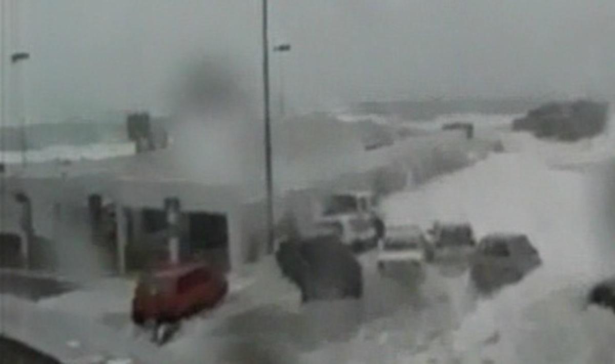 Κύματα-«τσουνάμι» παρέσυραν αυτοκίνητα στην Τήνο – Video | Newsit.gr