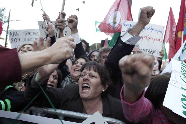 Κραχ στην αγορά της Κύπρου! Αγορές μόνο με μετρητά, φόβοι για ελλείψεις φαρμάκων | Newsit.gr
