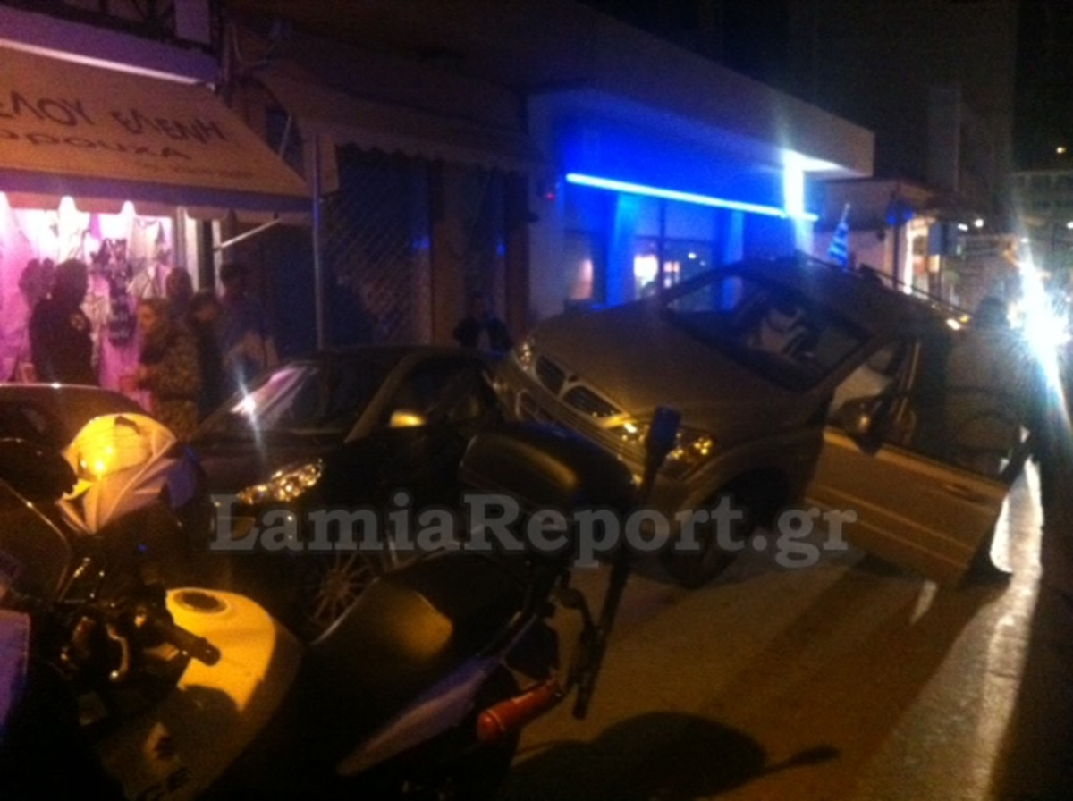Λαμία: «Καβάλησε» δύο αυτοκίνητα! Φωτό   Newsit.gr