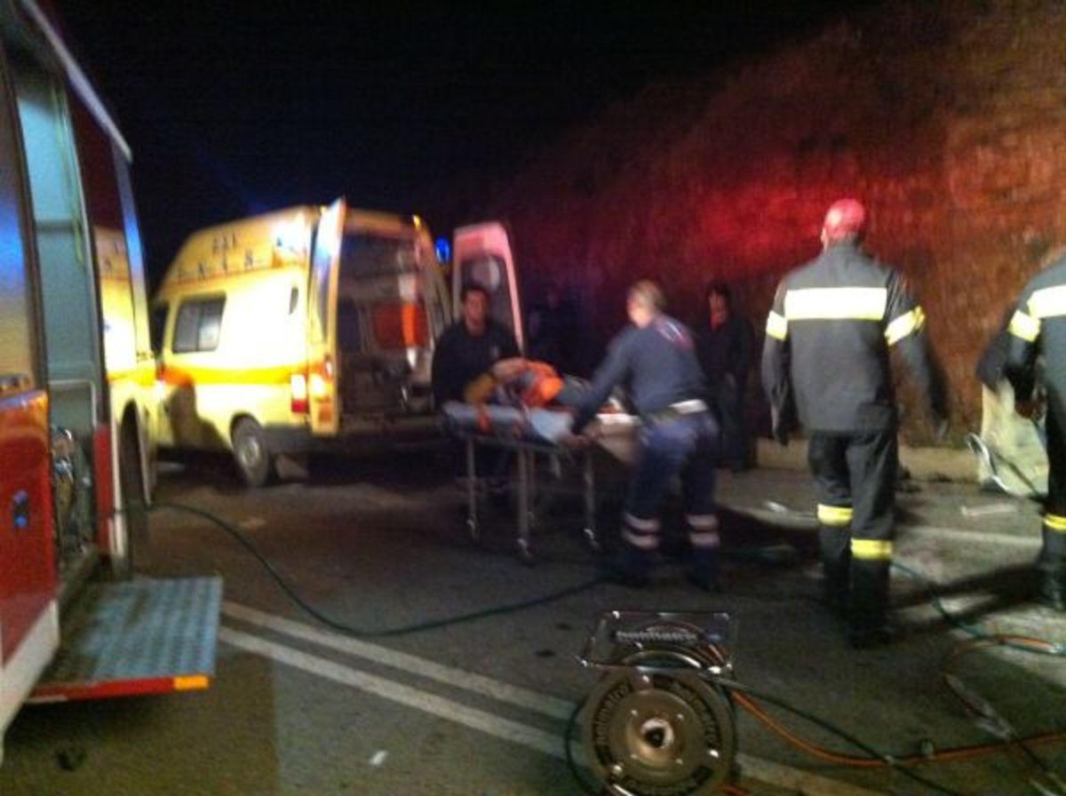 Φθιώτιδα: Αιματηρή σύγκρουση αυτοκινήτου με φορτηγό – Καρέ καρέ ο απεγκλωβισμός του οδηγού   Newsit.gr