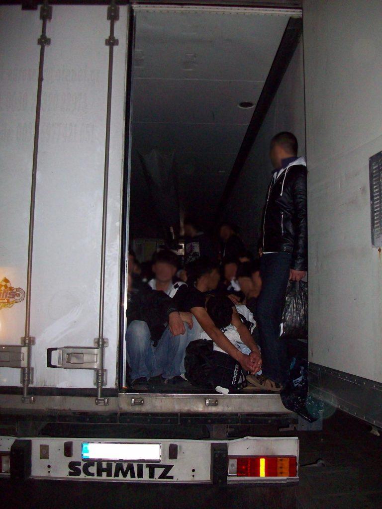 Κορινθία: Σωματέμποροι στοίβαξαν σε φορτηγό 143 λαθρομετανάστες! | Newsit.gr