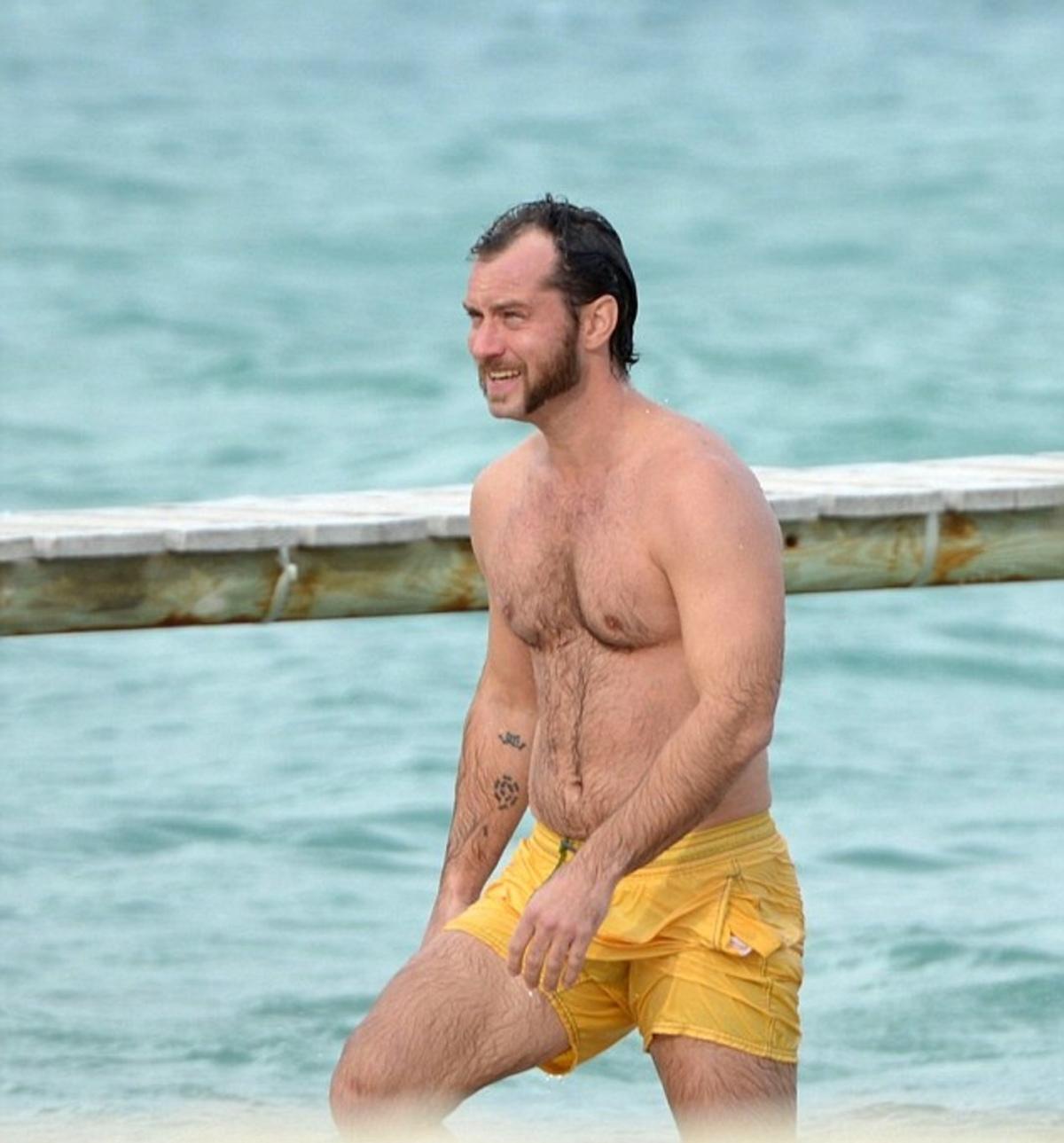 Κορίτσια sorry, αλλά ο  Jude Law άφησε γένια, πήρε κιλά και δεν θυμίζει σε τίποτα το γόη που ξέραμε… | Newsit.gr