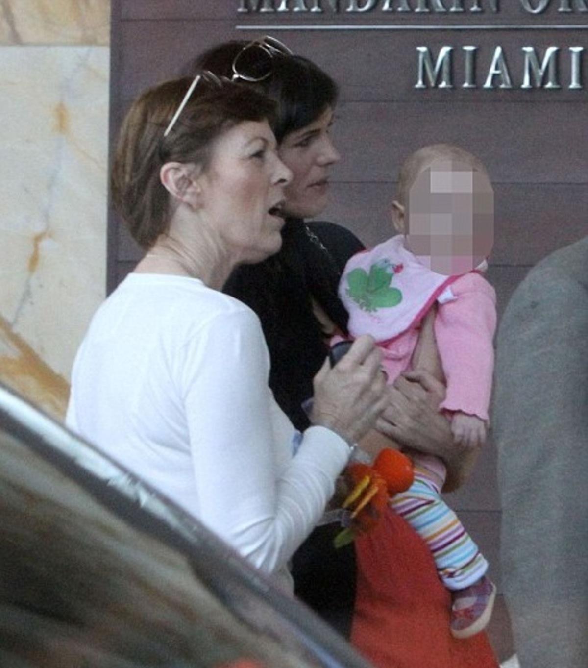 Συνάντησε επιτέλους την 5 μηνών κόρη του! | Newsit.gr